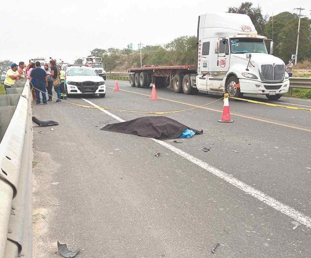 Muere motociclista destrozado