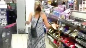 Le piden mascarilla; ella improvisa con su calzón