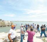 Transportar a turistas en lancha a la playa