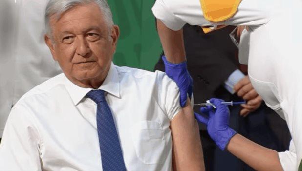 Aplican a AMLO vacuna de AstraZeneca