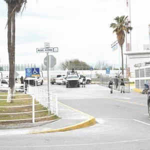Cierran el puente por invasión de migrantes