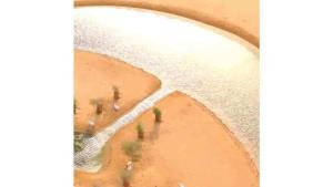 Desierto en Dubai esconde lago en forma de medialuna