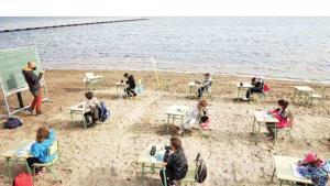 Una escuela en España da sus clases presenciales en la playa