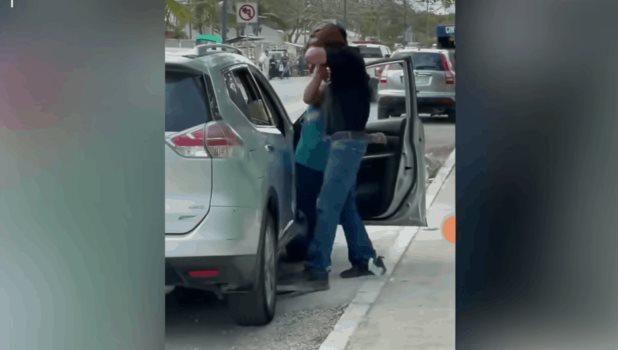 Sujeto agrede a su esposa en calles de Tulum