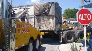 Desprende caja de tracto-camión en zona residencial