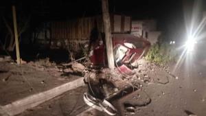 Impacta auto contra poste y vuelca; 5 lesionados