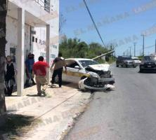 Camioneta impacta taxi y lo proyecta contra un poste