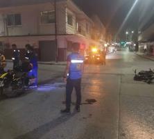 Jovencito iba ebrio en su moto y casi se mata al chocar