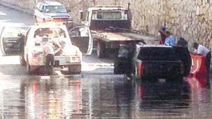 Hallan camioneta inundada en puente