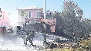 Fuego amenaza a viviendas