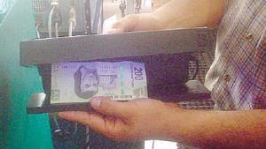 Vacacionan con billetes falsos