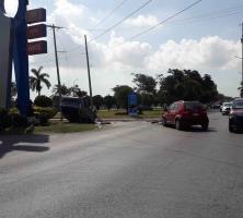 Choque y volcadura deja dos lesionados frente al aeropuerto