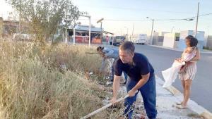 Vecinos limpian plaza de Puerta Grande ante ausencia de servicios primarios