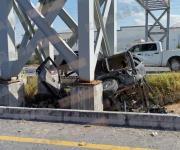 Impacta camioneta contra puente; mueren 3 de familia y un herido