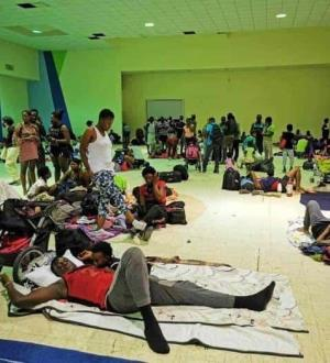 Albergan a 350 migrantes haitianos en una iglesia evangélica y un edificio público