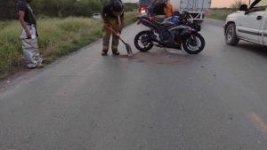 Invade carril en la Matamoros-Mazatlán y embiste motociclista