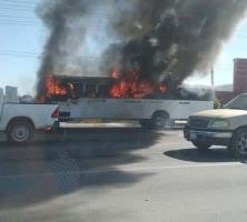 Se incendia microbús, no alcanzó a llegar a un taller eléctrico