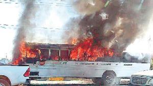 Arde camión en segundos