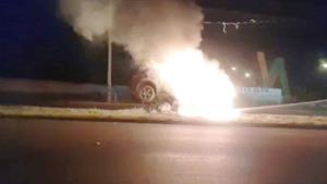 Derriba poste y se incendia auto