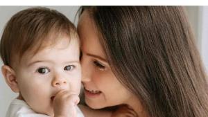 ¿Cuál es la importancia del contacto físico en la infancia?