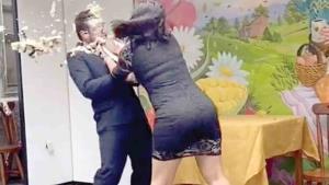 Hombre llevó serenata a su esposa por su cumpleaños y ella lo recibió con un pastel